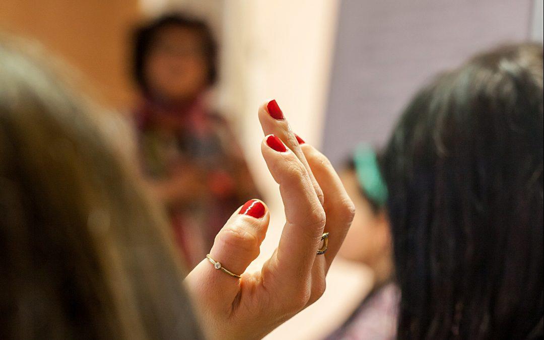 """Vortrag zum Thema """"Selbstbestimmungsmöglichkeiten geflüchteter Frauen*"""" von Mitarbeiterin* Behshid Najafi"""