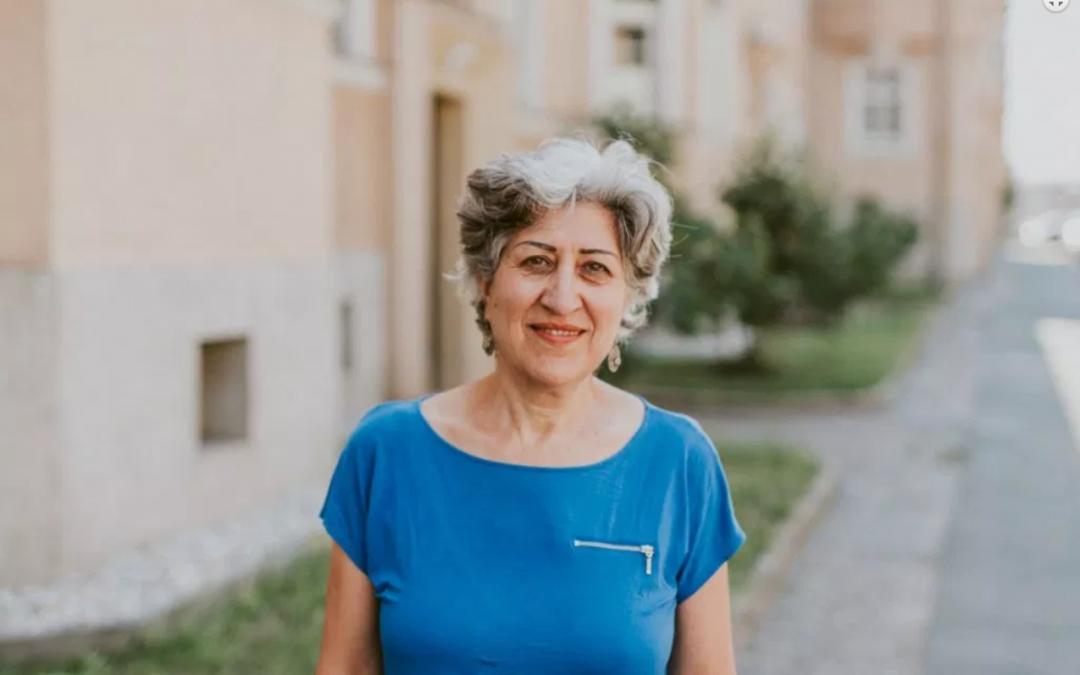 Mitarbeiterin Behshid Najafi im Interview mit dem Fotoprojekt Herzkampf